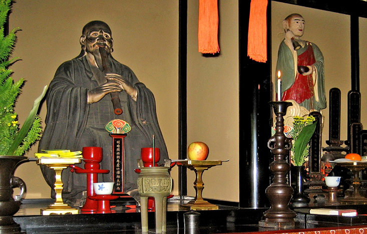 Figure 7: a small painted statue of Fuke still resides next to that of Kyochiku on the altar at Myoan-ji.